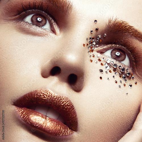 Obraz na plátně  Krásná dívka s jemným make-up a krystaly na tváři. C