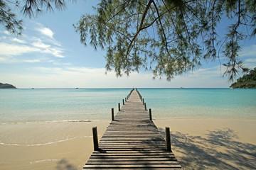 Fototapetawooden jetty on sunny beach
