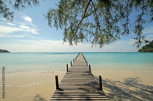 fototapeta na drzwi i meble wooden jetty on sunny beach