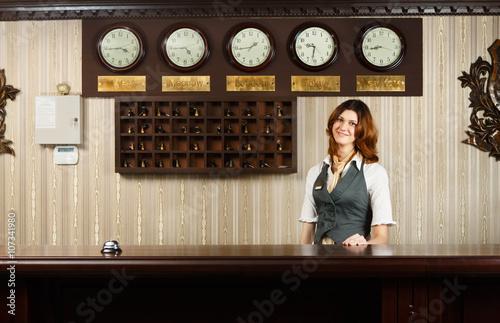 Plakat Recepcjonistka w kasie nowoczesnego hotelu
