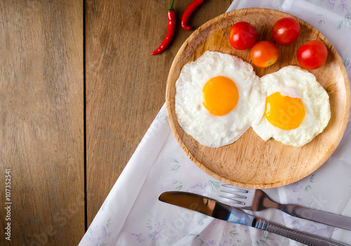 Foto op Plexiglas Gebakken Eieren Fried egg on dish