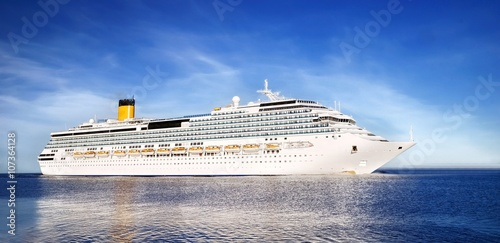 Fotografía  white cruise liner entering the port of Riga