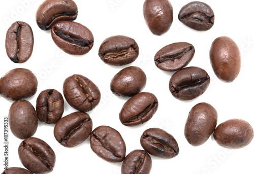 Poster Café en grains roasted coffee beans on a white background