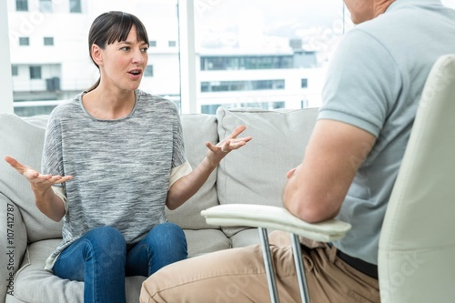 Woman consulting a therapist Tablou Canvas