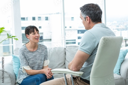 Obraz na plátne Woman consulting a therapist