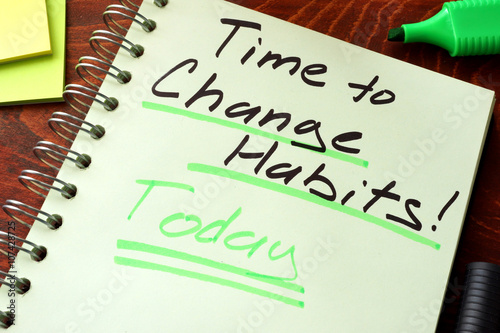 Fotografia  Time to change habits today written on a notepad