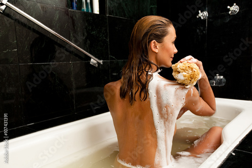femme dans son bain qui se lave Fototapeta