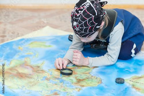 Plakat chłopiec dziecko gra pirata