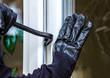 canvas print picture - Ein unbekannter Einbrecher hebelt eine Terrassentür auf