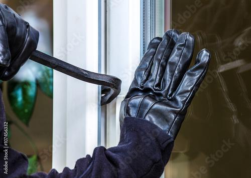 Fotografía  Ein unbekannter Einbrecher hebelt Eine Terrassentür auf