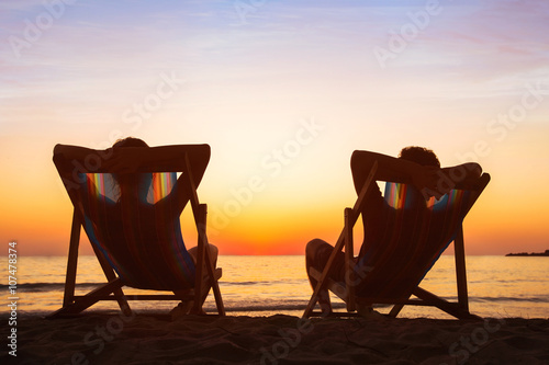 Photo  enjoy life concept, couple relaxing in beach hotel  at sunset, happy people on h