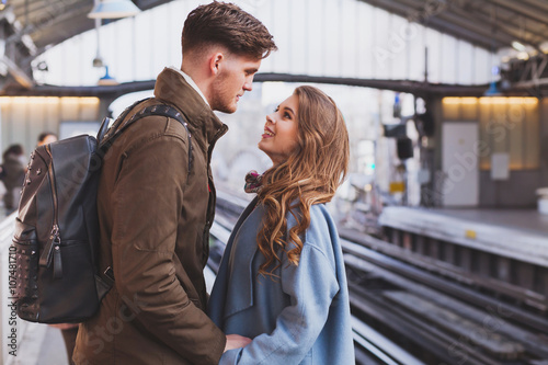 Fotografía  long distance relationship, couple on platform at the train station, meeting or