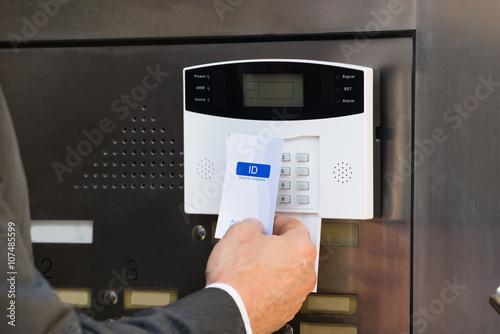Fotografía  Primer Del Empresario Holding tarjeta de acceso para el sistema de Seguridad