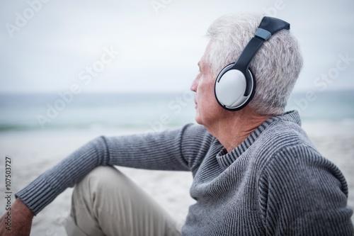 Fényképezés  Senior man listening to music on headphone