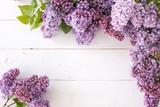 Fototapeta Kwiaty - tło- bukiet kwiatów bzu lerzący na deskach, tabliczka z napisem i napis love