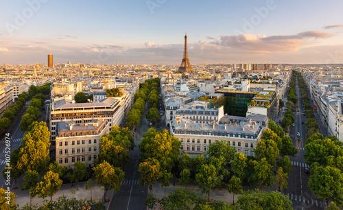 Plakat Paryż z góry przedstawia dachy, wieżę Eiffla, wysadzane drzewami alejki z haussmannowskimi budynkami oświetlonymi zachodzącym słońcem. Avenue Kleber, Avenue d'Iena i Avenue Marceau, 16. dzielnica