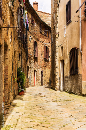 Poster Smal steegje Street of the medieval village Volterra. Italy