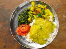 Plato De Dal Bhat Con Vegetales Del Huerto Cocinado En Un Pueblo Nepalí