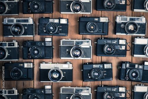 Fotografía  古いカメラ,一眼レフ,木製のテーブルに置かれたフィルムカメラ,俯瞰撮影