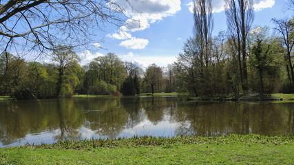 Fototapeta na wymiar Parklandschaft mit See