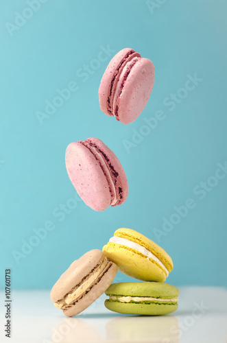 Poster Macarons falling macarons on color background