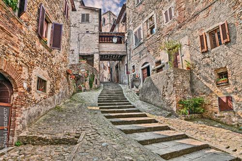 aleja-w-wiosce-anghiari-w-arezzo-toskania-wlochy