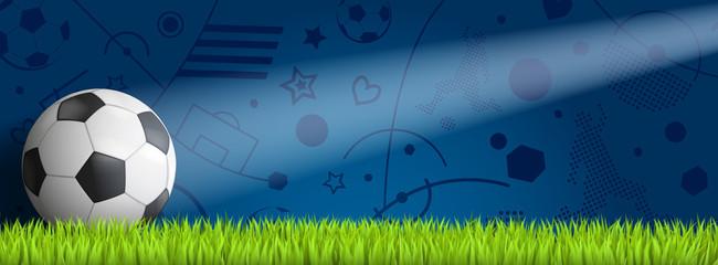 Fussball vor blauem Hintergrund auf Rasen