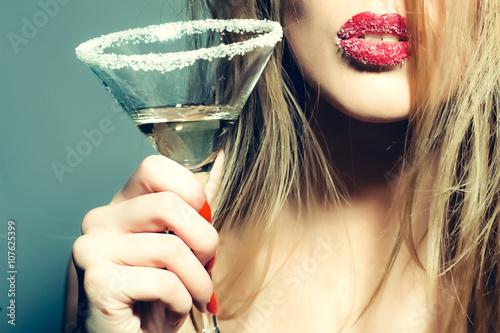 Pinturas sobre lienzo  Glass of martini in female hands