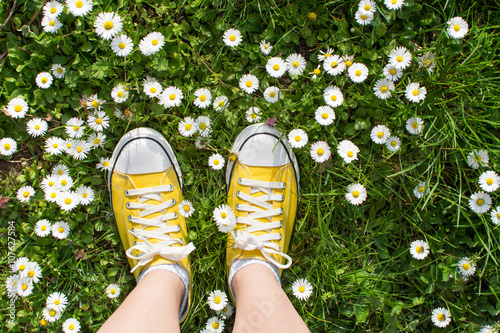 Fotografía  Yellow sneakers decorated with daisies