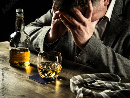 Photo Drinking whiskey at night