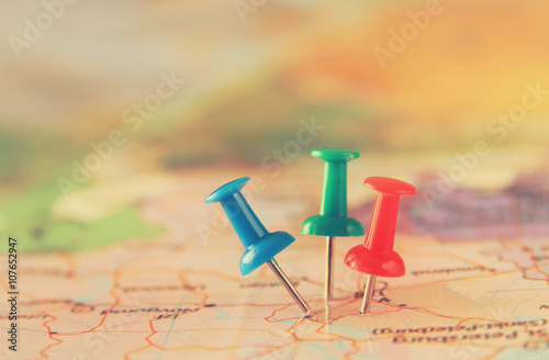 Fotografía  pins attached to map, showing location or travel destination