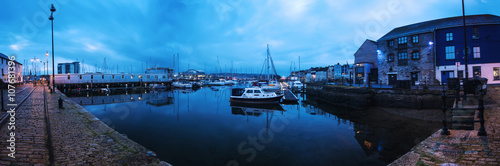 Foto auf Gartenposter Stadt am Wasser Panoramic view on marina quay in Plymouth, UK at sunrise.