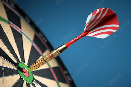 Fotografía Dart in center of the target dartboard. Closeup.