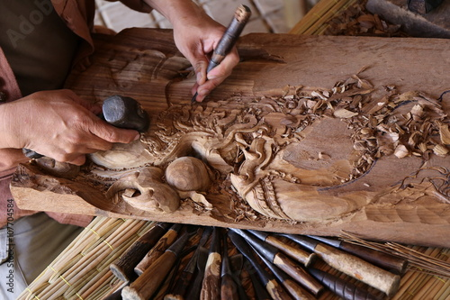 Valokuva  craftsman carving wood