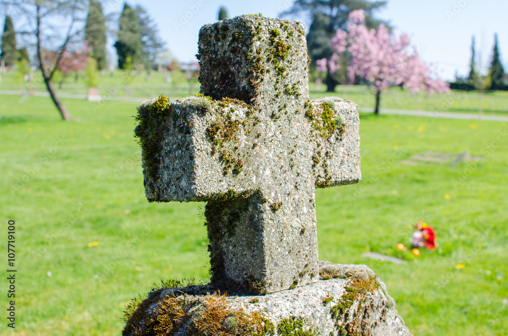Fotografía Grassy Graveyard Cross / Gravestone at a cemetery in East ...