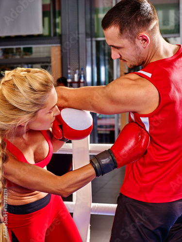 Photo Couple man and girl  wearing gloves boxing in ring