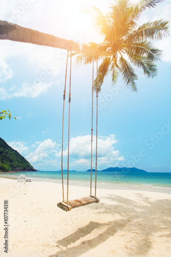 Foto op Canvas Tropical strand Beautiful tropical island beach with coconut palm trees and swing