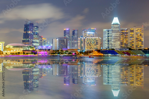 Photo  Reflection Building in Singapore at night view of Marina Bay