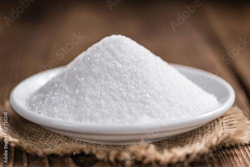 Fotografie, Obraz  Bílý cukr (selektivní focus) na dřevěném pozadí