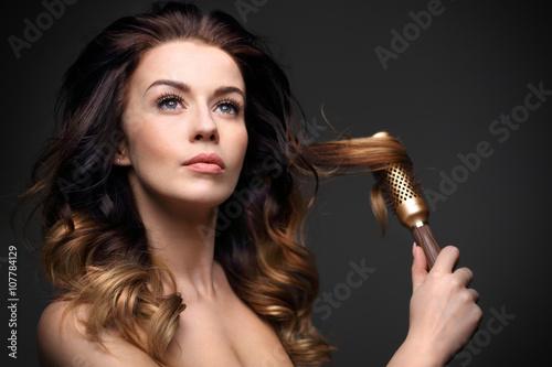 Plakat Objętość włosów.Długie zdrowe i lśniące włosy, długie kobiece włosy.