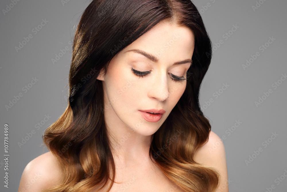 Fototapeta Zamyślona kobieta. Portret pięknej kobiety na czarnym tle.