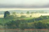 Warmia i Mazury - pagórki, jezioro, mgła.