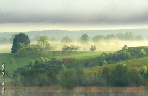 Obraz Warmia i Mazury - pagórki, jezioro, mgła. - fototapety do salonu