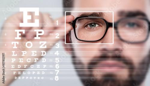 Fotografía  Male face and eye chart
