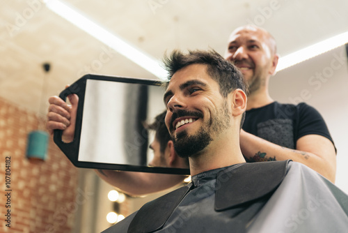 mata magnetyczna Hairdresser showing his work..
