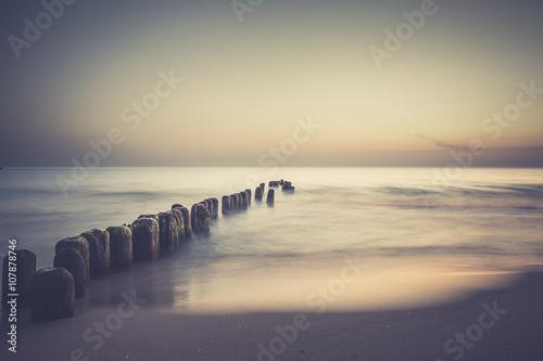 Fototapeta Wschód słońca nad bałtykiem. Plaża w chałupach obraz