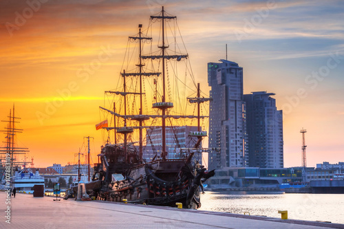 Obraz Zachód słońca, pejzaż miejski, Gdynia miasto - fototapety do salonu