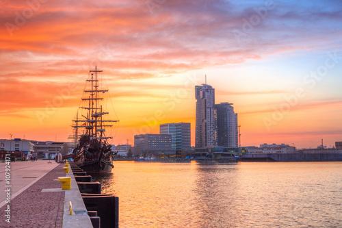 Obraz Zachód słońca w Gdyni nad morzem bałtyckim, Polska - fototapety do salonu