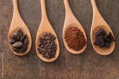 Fotografía  cocoa and dark chocolate in wooden spoons