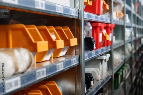 Fotomural  Los recipientes de almacenamiento y bastidores en un tiro de almacén con un enfo